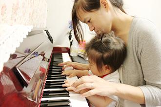 ピアノを教える母親